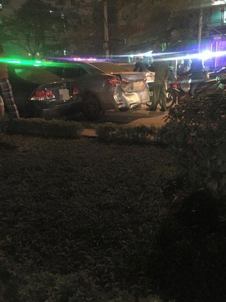 Toyota Corolla Altis móp đuôi đõ bên cạnh Honda Civic (Ảnh: Thắng Nguyễn/Otofun).