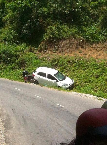 Hyundai i10 cũng gặp nạn tại đèo Sa Pa. (Ảnh: Thang Cao/Otofun)