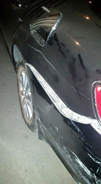 ... và cản va sau bị bung của chiếc Toyota (Ảnh: Xuân Ngọc/Otofun).