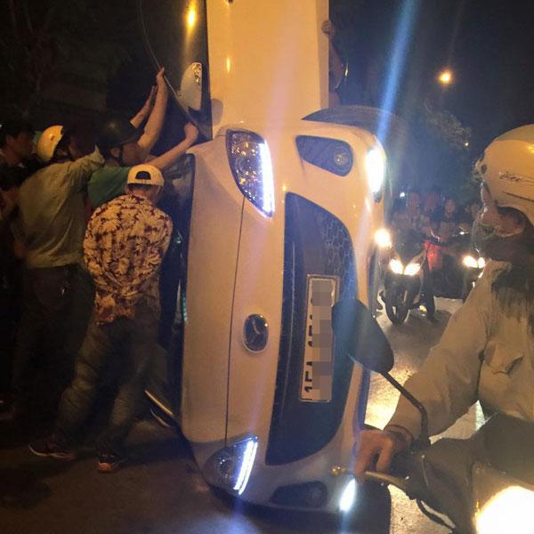 Chiếc xe Mazda bị lật ngang (Ảnh: Hoàng Hair/Otofun).
