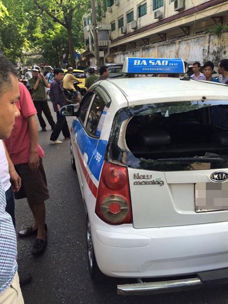 Chiếc taxi của hãng Ba Sao bị đập vỡ kính chắn gió sau. Ảnh: Tuan Dat Nghiem/Otofun
