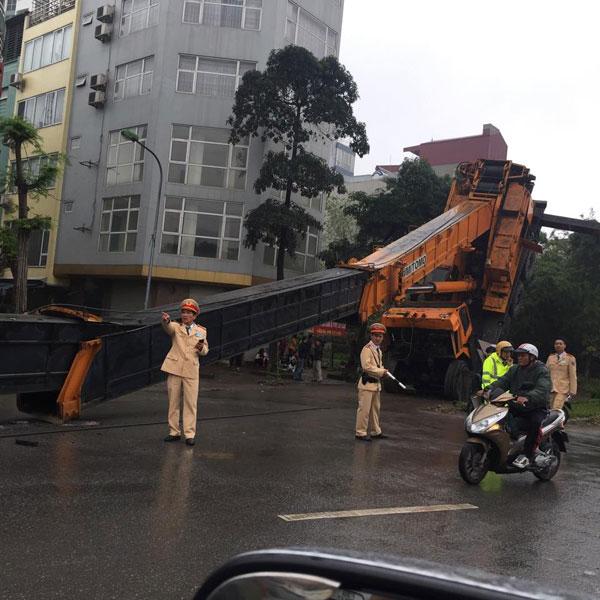 Chiếc xe cẩu bốc đuôi tại Hà Nội