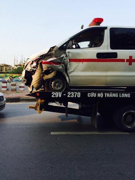 Xe cấp cứu nằm trên xe cứu hộ (Ảnh: Dao Thanh Hung/Otofun).