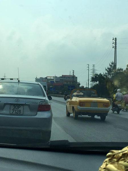 Người lái đội nón lá, điều khiển Mazda mui trần trên quốc lộ 5 (Ảnh: Long Đặng/Otofun).