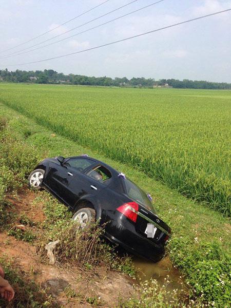 Chiếc xe cưới nằm dưới rãnh bên cạnh ruộng lúa