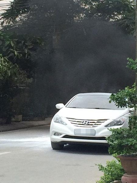Khói đen bốc ra từ đuôi chiếc Hyundai Sonata (Ảnh: Nguyễn Chí Công/Otofun).