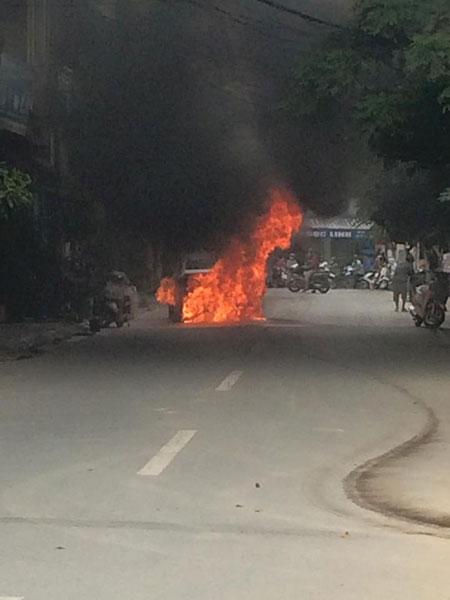 Ngọn lửa bốc lên cao (Ảnh: Nguyễn Chí Công/Otofun).