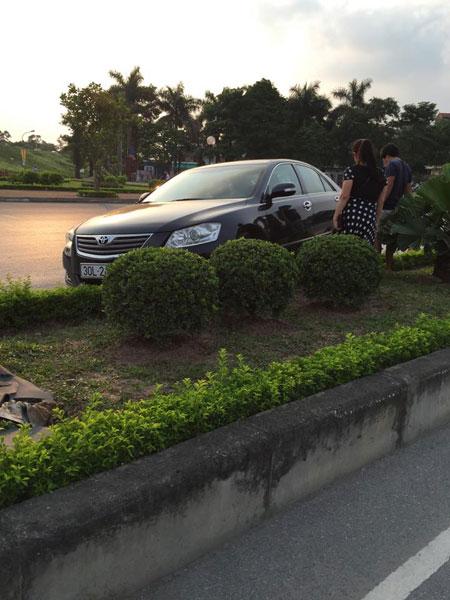 Người điều khiển chiếc Toyota Camry là một phụ nữ (Ảnh: Anh Tung/Otofun).