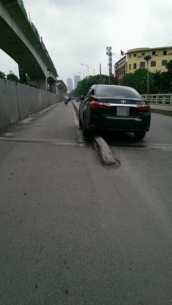 Toyota Corolla Altis leo lên dải phân cách cứng trên cầu Trắng, Hà Đông. Ảnh: Nguyenquy Nhat/Otofun
