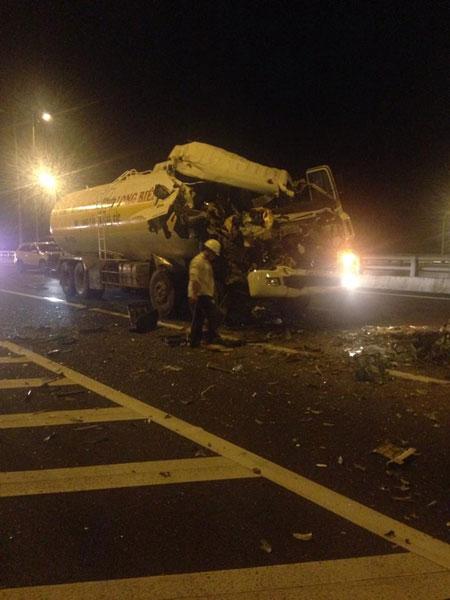 Chiếc xe bồn bị nát bét buồng lái tại hiện trường vụ tai nạn. Ảnh: Tin Nguyen/Otofun