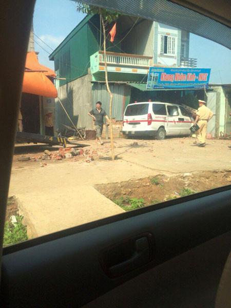 Chiếc xe cấp cứu lao vào cửa hàng khung nhôm kính. Ảnh: Truong Hà Vy/Otofun