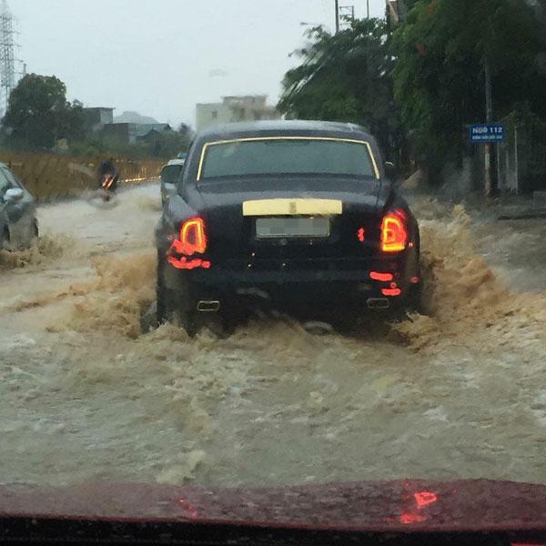 Hình ảnh chiếc Rolls-Royce Phantom lội nước tại Quảng Ninh. Ảnh: Siêu Xe Đặt Chân Lên Đất Quảng Ninh
