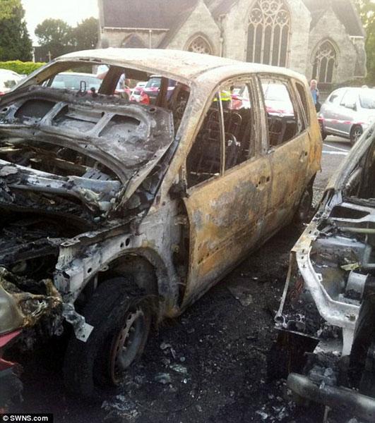 Lực lượng cứu hỏa đã mất 6 tiếng để dập tắt lửa trên xe.
