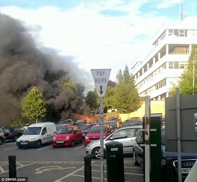 Khói đen bốc ngùn ngụt từ hiện trường vụ cháy nổ xe Renault Megane Scenic.
