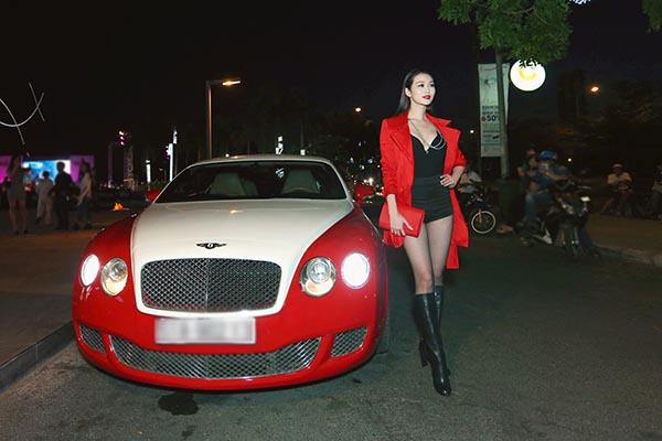 Khánh My đến buổi công chiếu phim Fast & Furious 7 tại Sài Gòn cùng chiếc Bentley thuê. Ảnh: Soha