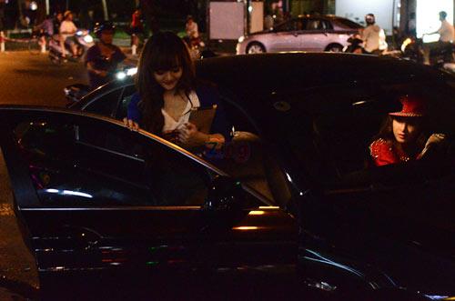 Angela Phương Trinh đi ăn kem với em gái trên chiếc BMW 523i màu đen. Ảnh: Kênh 14