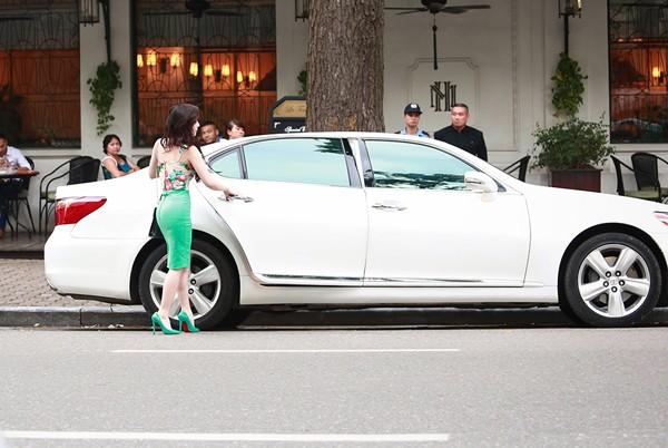 Quỳnh Nga xuất hiện bên chiếc Lexus sang trọng. Ảnh: Soha
