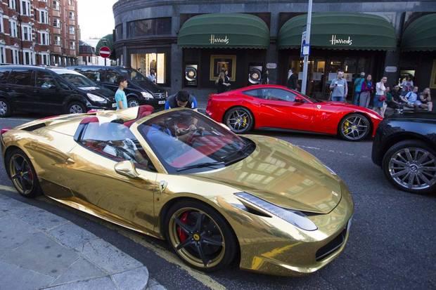 """Những chiếc siêu xe của nhà giàu Trung Đông xuất hiện """"nhan nhản"""" trên đường phố London vào mỗi mùa hè."""