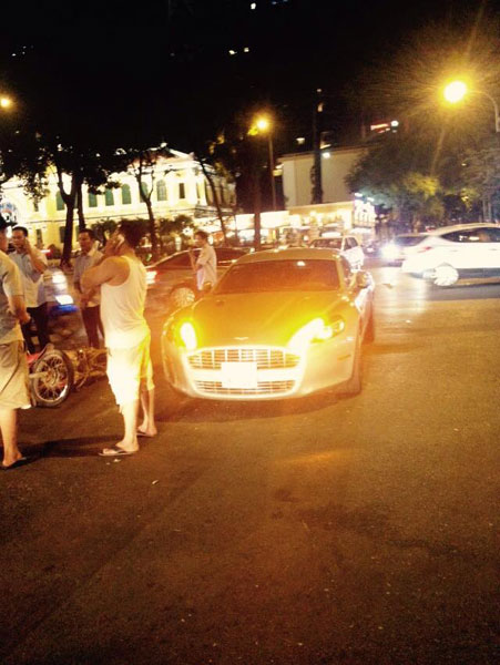 Hiện trường vụ tai nạn với chiếc xe máy đổ xuống đường, nằm cạnh Aston Martin Rapide. Ảnh: Facebook/Minh Đẹp Trai