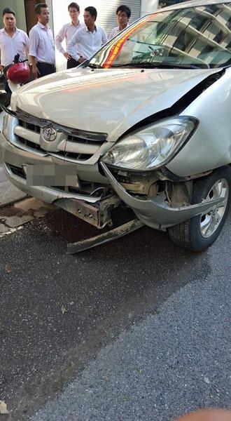 Chiếc Toyota Innova bị hư hỏng nặng nhất trong vụ tai nạn. Ảnh: Dũng Hàn Thuyên/Otofun
