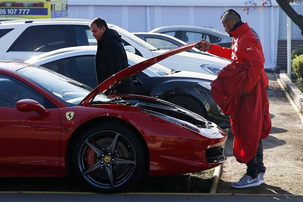 Vidal bên chiếc siêu xe Ferrari 458 Italia trước khi vụ tai nạn xảy ra.
