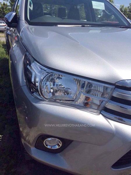 Bản trang bị thấp của Toyota Hilux 2016 không có dải đèn LED chiếu sáng ban ngày.