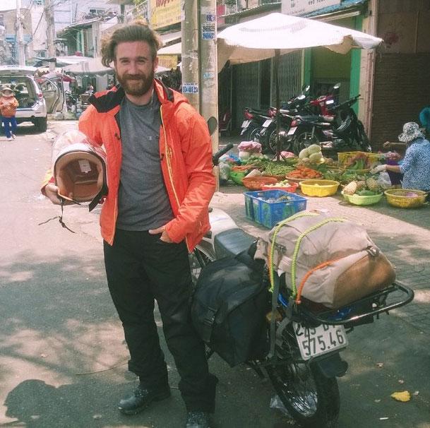 Chris chụp chung với chiếc xe máy trong chuyến du lịch tại Việt Nam.