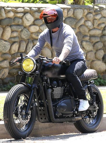 Sau khi sửa xong, David Beckham lại lên xe và tiếp tục di chuyển.
