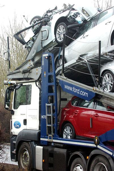 Những chiếc xe Ford mới bị hư hỏng trong vụ tai nạn.