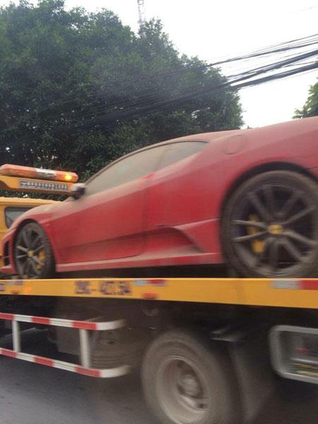 ... và Ferrari 430 Scuderia trên đường vận chuyển. Ảnh: Siêu Xe Đặt Chân Trên Đất Quảng Ninh