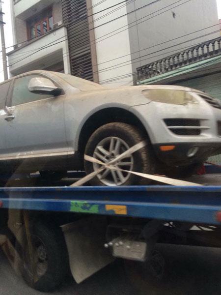 Có chiếc xe được vận chuyển bằng xe cứu hộ. Ảnh: Siêu Xe Đặt Chân Trên Đất Quảng Ninh