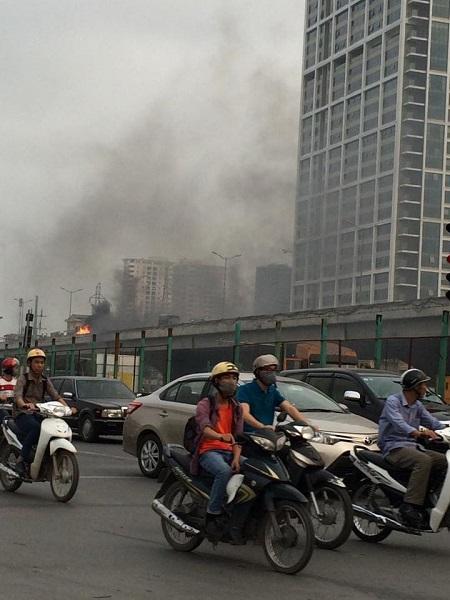 Chiếc xe tải bốc cháy trên đường cao tốc trên cao ở khu vực BigC Thăng Long - Hà Nội. (Ảnh: Đặng Đình Nghiêm/Otofun)