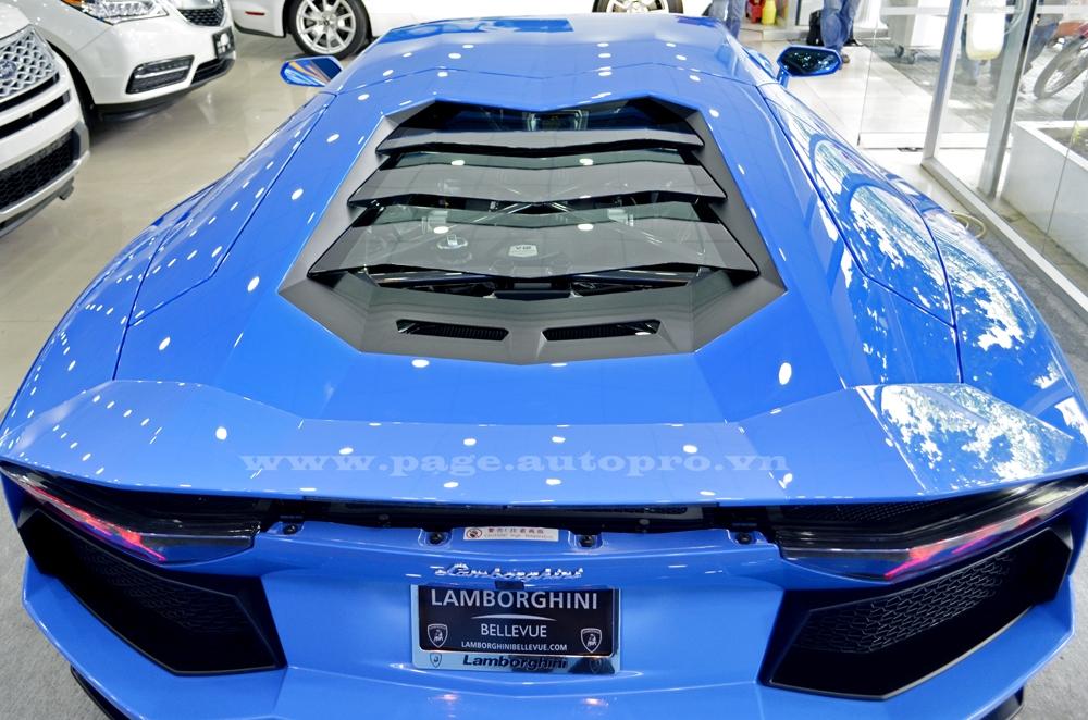 Ngoài ra, chiếc Aventador LP700-4 còn được trang bị nắp kính trong suốt ở khoang động cơ và khi mở lên, nhiều chi tiết ở khối động cơ V12 được phủ carbon cao cấp.