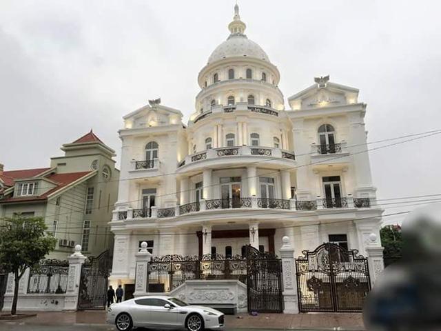 Nữ hoàng Aston Martin Rapide S trước dinh thự như cung điện của chủ nhân tại Ninh Bình.