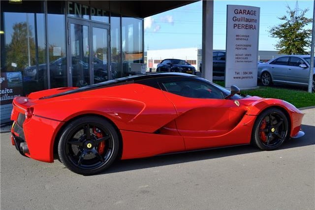 Chiếc Ferrari LaFerrari màu đỏ đã qua sử dụng này được rao bán với giá lên đến 10 triệu Euro, tương đương 11 triệu USD. Thông tin rao bán chiếc Ferrari LaFerrari này đã xuất hiện trên một trang web uy tín tại Đức.