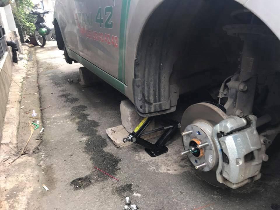 Kẻ gian để lại chiếc kích và ốc vít bắt bánh xe tại hiện trường. Ảnh: Otofun