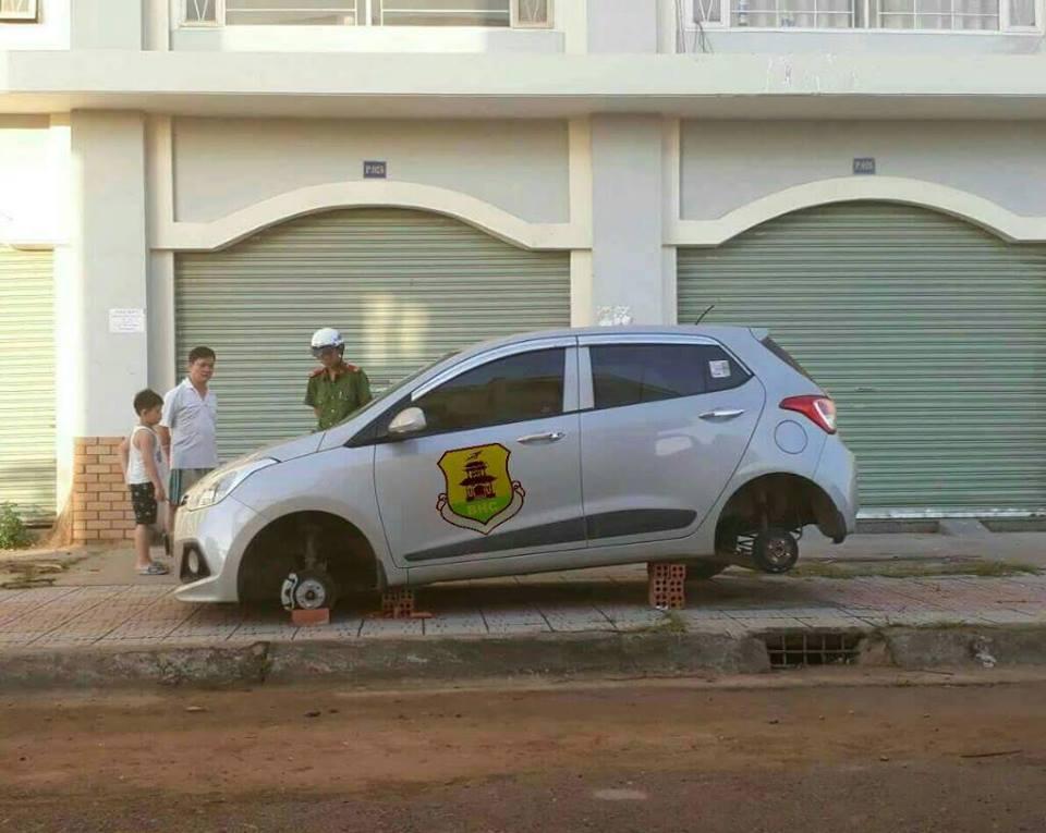 Chiếc Hyundai Grand i10 đỗ trong sân chung cư bị ăn trộm cả 4 bánh xe. Ảnh: Bien Hoa City