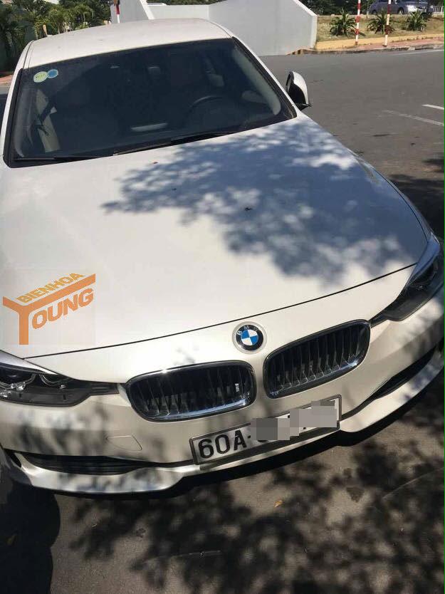 Chiếc BMW 3-Series màu trắng nằm trong bãi gửi xe của bệnh viện. Ảnh: Bien Hoa Young
