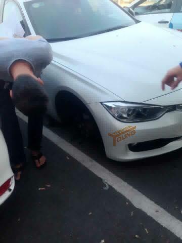 Bánh trước bên phải của chiếc BMW 3-Series đã không cánh mà bay. Ảnh: Bien Hoa Young