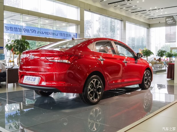 Đằng sau Hyundai Verna phiên bản mới có cụm đèn hậu khá lớn và cánh gió đuôi đậm chất thể thao.
