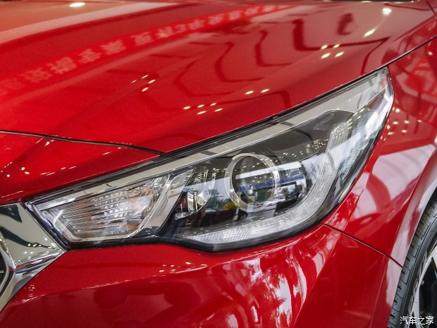 Về thiết kế, Hyundai Verna 2017 tại thị trường Trung Quốc khá đẹp mắt với lưới tản nhiệt hình lục giác theo đúng xu hướng. Bên cạnh đó là cụm đèn pha LED hiện đại và dải đèn LED định vị ban ngày.