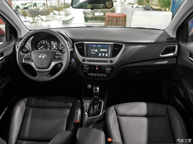 Bên trong Hyundai Verna 2017 là không gian nội thất đơn giản với 2 màu chủ đạo là đen và xám khá cơ bản.