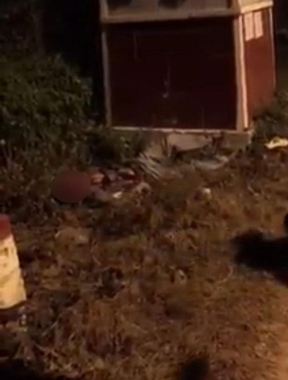 Người điều khiển chiếc Honda Winner 150 nằm ở vệ cỏ bên đường. Ảnh cắt từ video