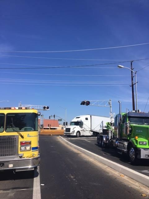 Dải phân cách giữa khiến tài xế xe container gặp khó khăn khi rẽ trái.