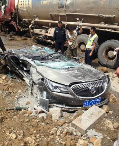 Chiếc Buick bị đè bẹp tại hiện trường vụ tai nạn