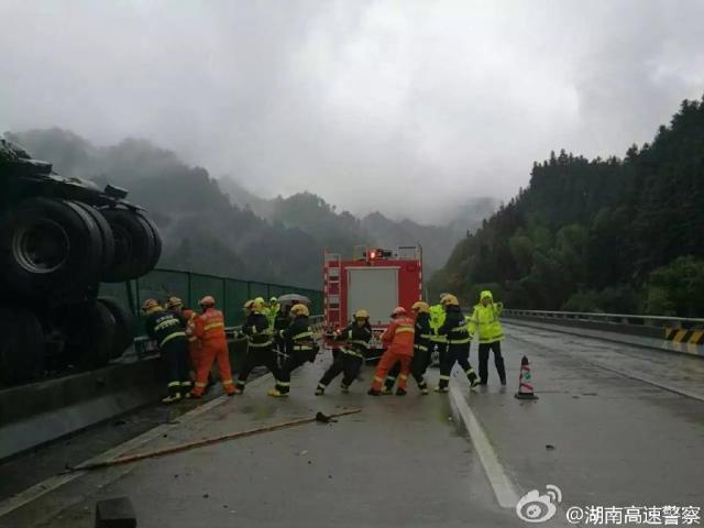Ngay sau khi vụ tai nạn xảy ra, lực lượng chức năng đã nhanh chóng có mặt tại hiện trường vụ tai nạn để giải cứu 2 người bên trong cabin xe container. Rất may, 2 người này đã được cứu và thoát chết.