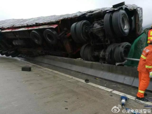 Khi vụ tai nạn xảy ra, bên trong cabin của chiếc xe container có 2 người, bao gồm tài xế và phụ lái. Vụ tai nạn đã đẩy 2 người này vào tình thế ngàn cân treo sợi tóc.