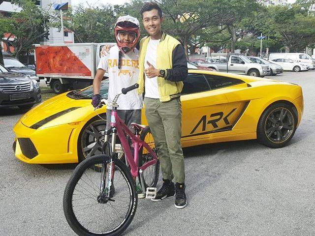 Aaron Rylan cùng cậu bé 15 tuổi Izzad Adnaff chụp ảnh lưu niệm bên siêu xe Lamborghini Gallardo.