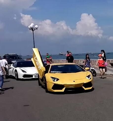 Đoàn siêu xe xuất hiện ngay con đường ven biển của Vũng Tàu nên nhận được nhiều sự chú ý.