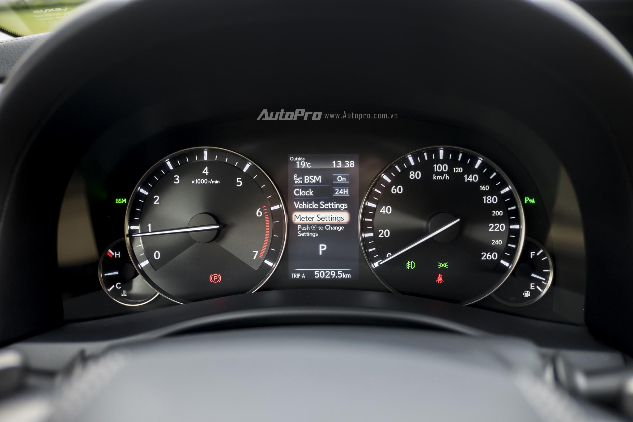 Phía sau vô-lăng là hệ thống hiển thị thông tin với 2 đồng hồ cơ cỡ lớn cho tốc độ và vòng tua máy. Trong khi đó, 2 đồng hồ cơ cỡ nhỏ hiển thị nhiên liệu và nhiệt độ động cơ. Ngoài ra, còn một màn hình điện tử hiển thị đa thông tin cho người lái xe.